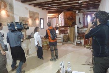Marisa, con el presentador de Chino Chano en el molino Bajo de Blesa